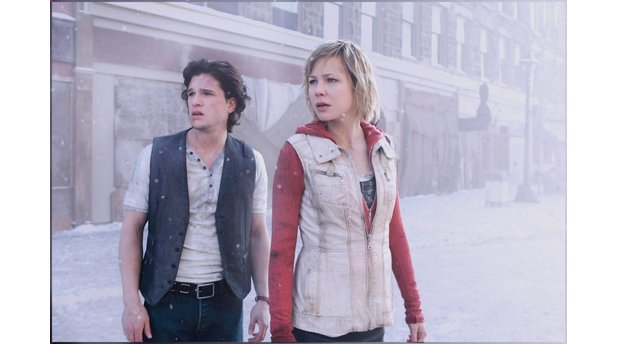 <b>Silent Hill: Revelation 3D</b><br>Heather Mason (Adelaide Clemens) und Vincent Carter (Kit Harrington) irren durch das neblige Silent Hill.
